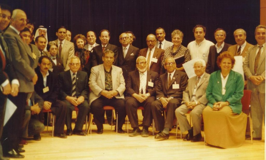 سعد الله آغا القلعة مع المشاركين في الدورة الأولى لمؤتمر الموسيقى العربية عام 1992