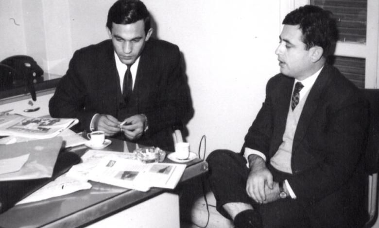 صورة عبد الحليم خدام في زيارة لـ نصر شمالي في مكتب مجلة الطليعة في الستينيات