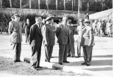 صورة شكري القوتلي في زيارة لأحـد مواقـع تدريب المقاومـة الشعبيـة 1956 (11/2)
