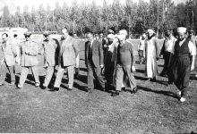 صورة شكري القوتلي في زيارة لأحـد مواقـع تدريب المقاومـة الشعبيـة 1956 (11/4)