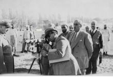 صورة شكري القوتلي في زيارة لأحـد مواقـع تدريب المقاومـة الشعبيـة 1956 (11/7)