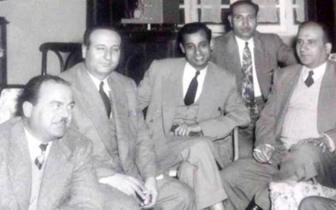 صورة عدنان محي الدين في أول اجتماع نقابي للصحفيين في حلب عام 1955
