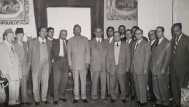 صورة السفير الباكستاني مع الصحفيين في فندق بارون عام 1955