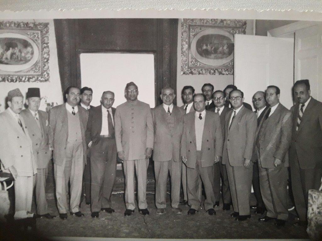 السفير الباكستاني مع الصحفيين في فندق بارون عام 1955