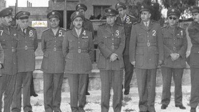 صورة توفيق نظام الدين وكبار الضباط يضعون الزهور على قبر عدنان المالكي عام 1957