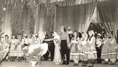 صورة فيروز وفرقتها الشعبية على مسرح معرض دمشق الدولي عام 1959م