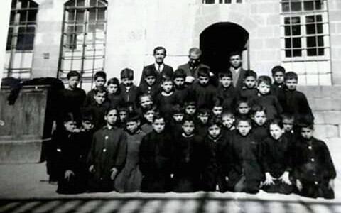 صورة طلاب ومدرسي مدرسة هاشم الأتاسي  في دمشق عام 1953