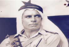 صورة موفق القدسي عند إنزال العلم الفرنسي ورفع العلم السوري على حامية دير الزور عام 1945