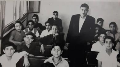 صورة نزار الأسود مع طلابه في إحدى مدارس دمشق