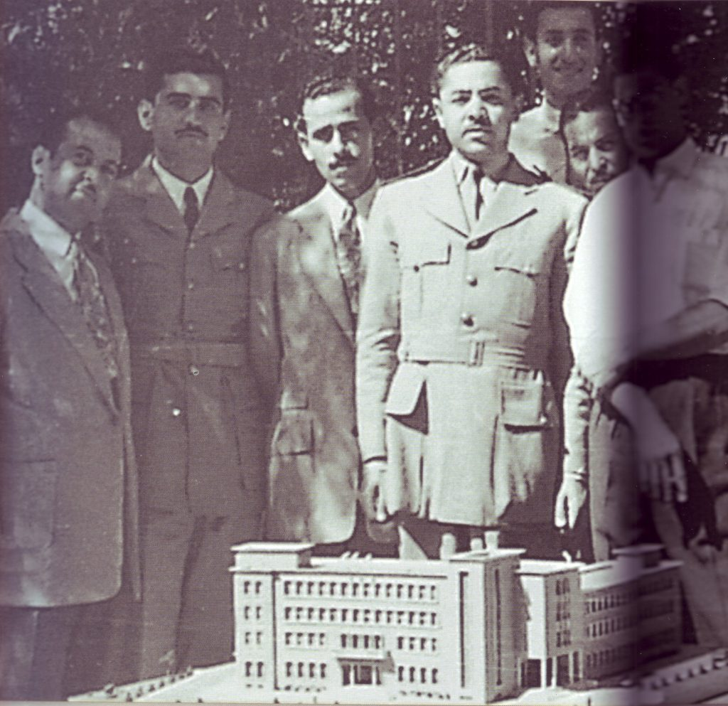 محمد رضا مرتضى أمام النموذج المعماري لمبنى وزارة الدفاع