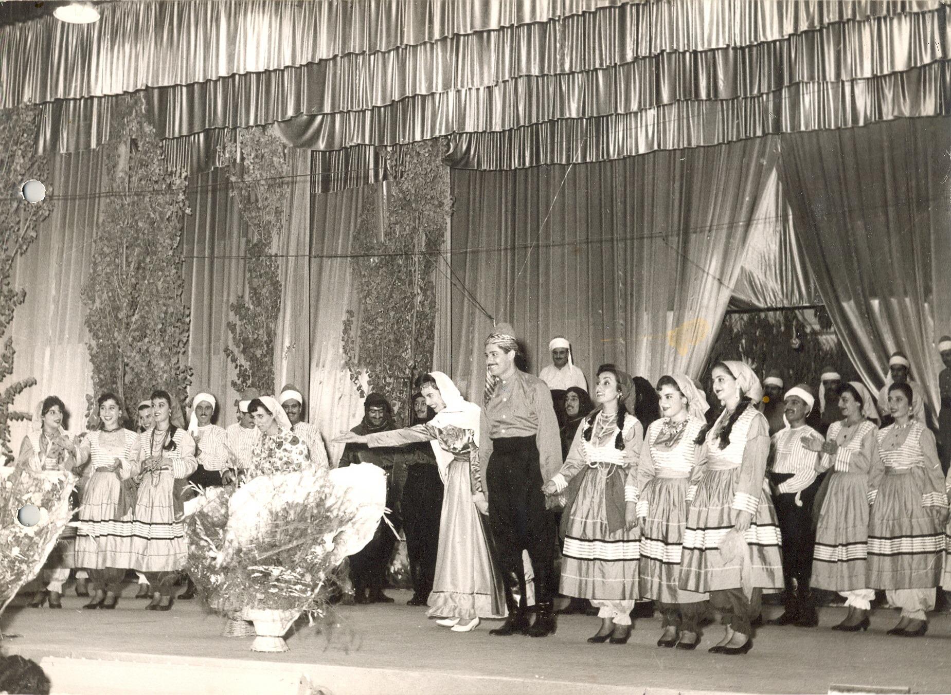 فيروز وفرقتها الشعبية على مسرح معرض دمشق الدولي عام 1959م