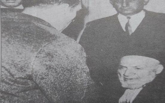صورة إيلي كوهين أمام الحاخام نسيم اسحاق اندبويمارس واجباته الدينية قبيل إعدامه