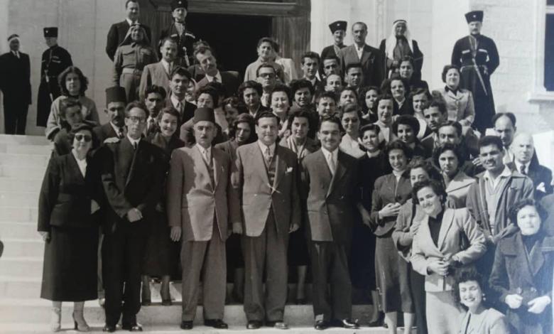 صورة وفد من مديرية التربية في اللاذقية مع الملك حسين في عمان 1956