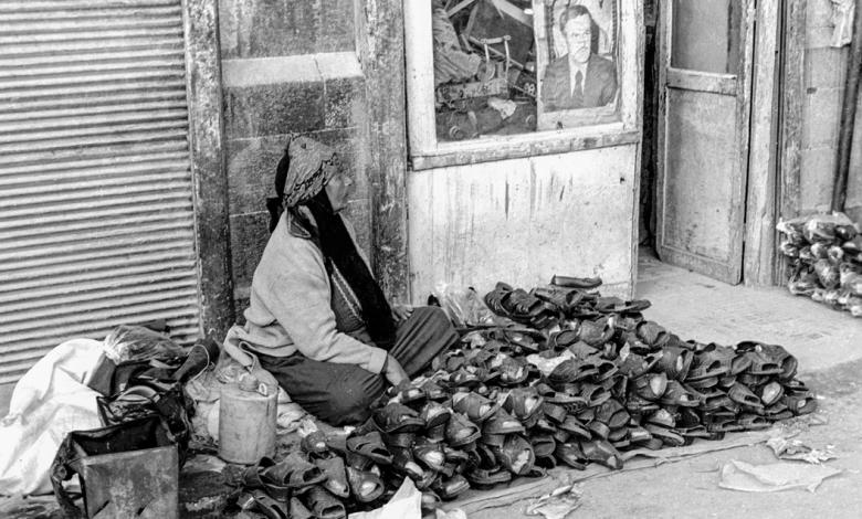 صورة امرأة تبيع الأحذية في سوق الكهرباء في دمشق عام 1986