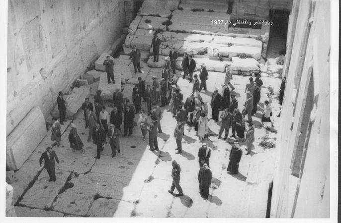 صورة شكري القوتلي ومرافقيه يتجولون في معبد بل – تدمر عام 1957