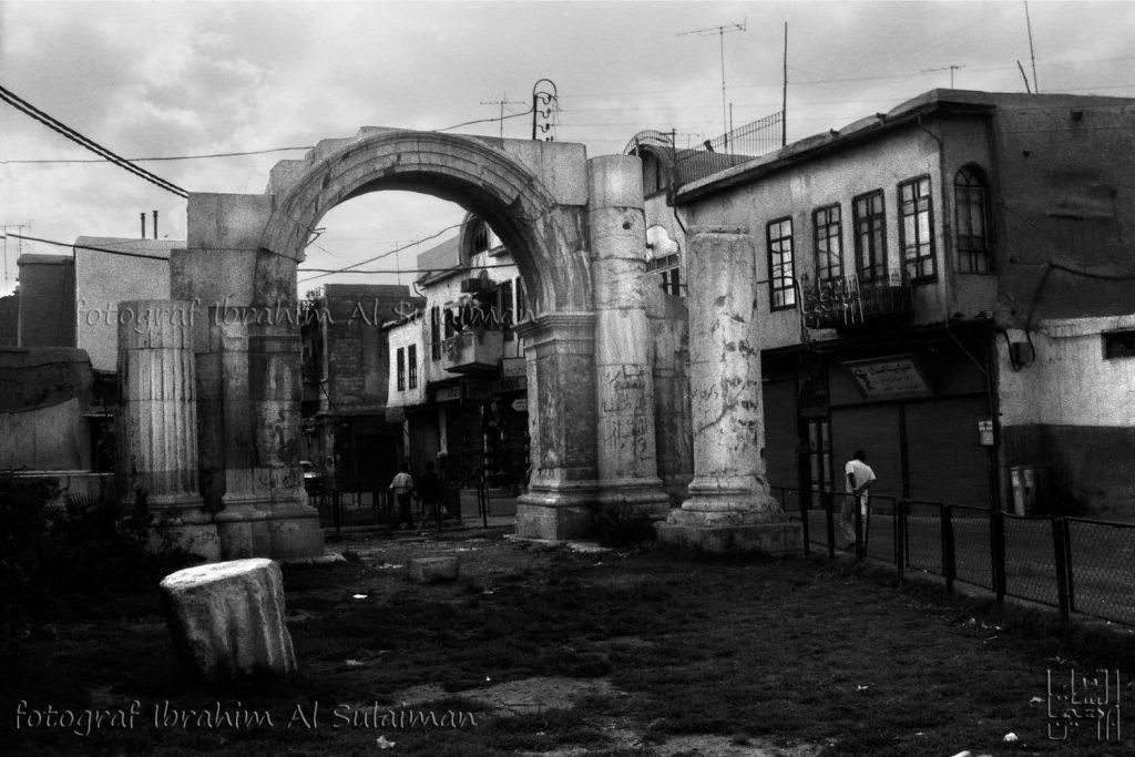 القوس الروماني في منتصف شارع مدحت باشا بدمشق - صيف عام 1989م