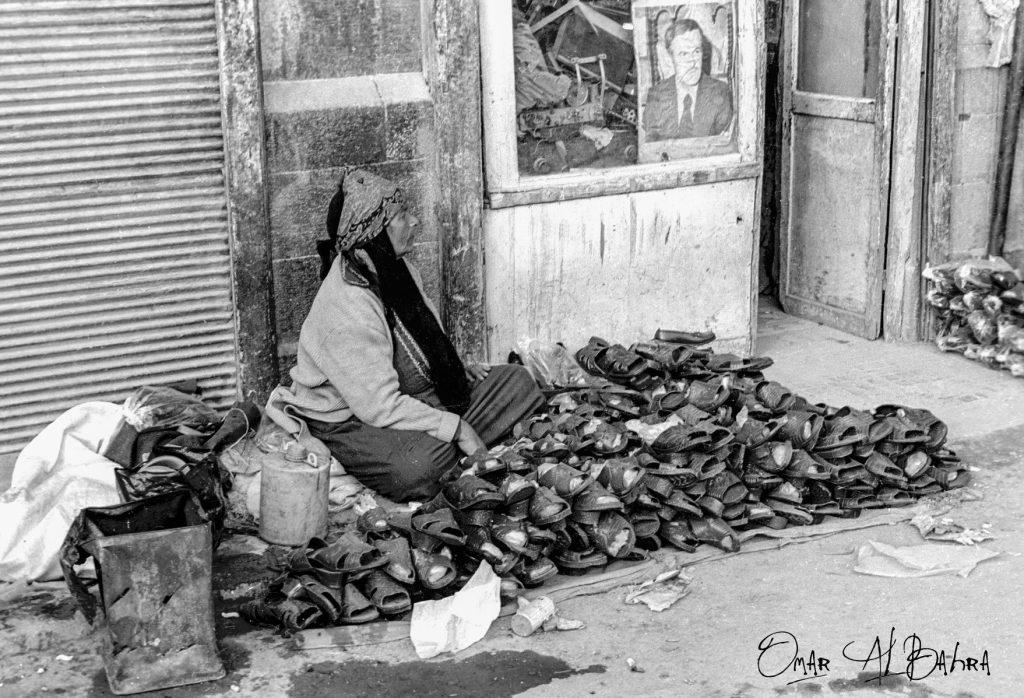 امرأة تبيع الأحذية في سوق الكهرباء في دمشق عام 1986