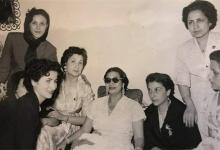صورة السيدة أم كلثوم مع بعض السيدات في دمشق عام 1955