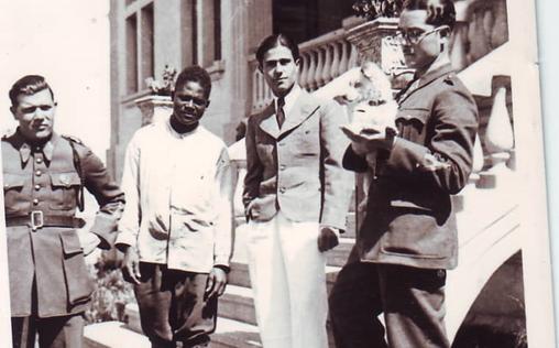صورة يوسف الدبيسي أمام نادي الضباط في السويداء عام 1940