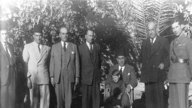 صورة شكري القوتلي في حديقة منزل محمد العايش في دير الزور عام 1945