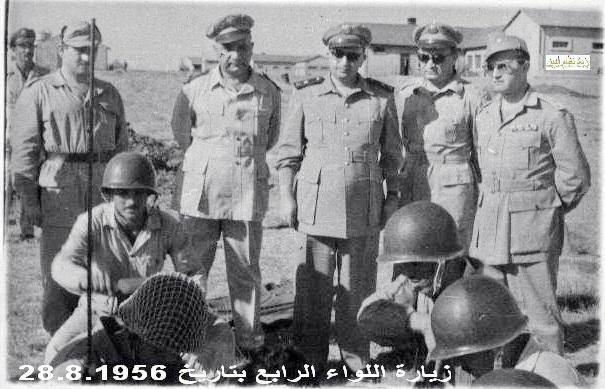 صورة توفيق نظام الدين رئيس الأركان العامة يتفقد اللواء الرابع 1956 (1)