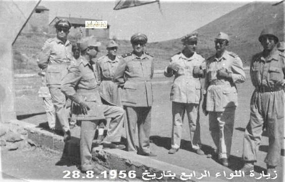صورة توفيق نظام الدين رئيس الأركان العامة يتفقد اللواء الرابع 1956 (2)