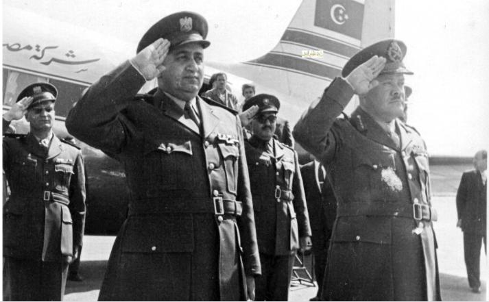 صورة توفيق نظام الدين يستقبل اللواء حافظ إسماعيل – احتفال عيد الجلاء 1957 (1)