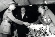 صورة آرام كرموكيان يلقي التحية على توفيق نظام الدين – احتفال عيد الجلاء 1957 (13)