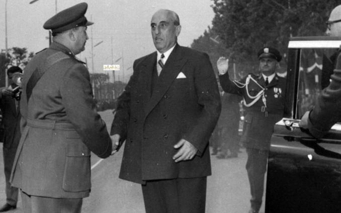 صورة رئيس الأركان يستقبل الرئيس القوتلي في احتفال عيد الجلاء 1957 (7)