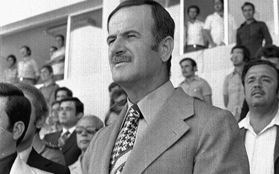 صورة حافظ الأسد في افتتاح ملعب العباسيين (4)