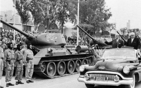 صورة شكري القوتلي وخالد العظم يستعرضان القوات المشاركة بالعرض – احتفال عيد الجلاء 1957 (10)