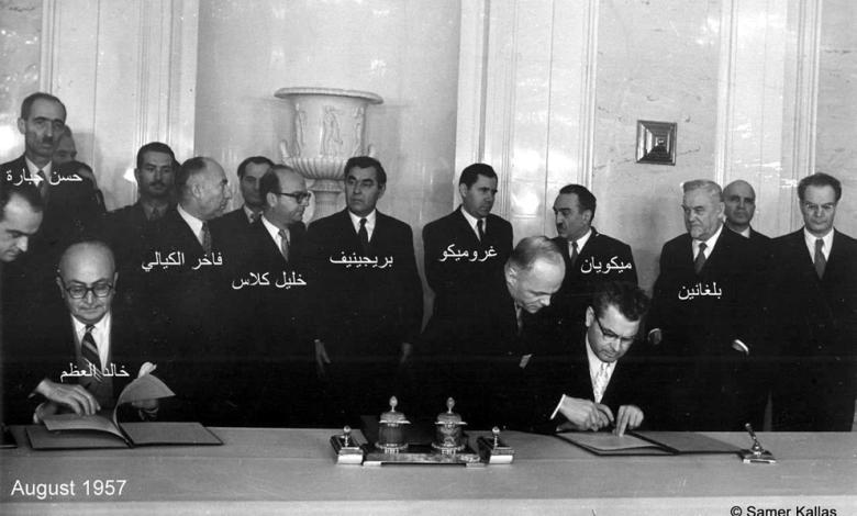 خالد العظم أثناء توقيع اتفاقية التعاون السورية السوفييتية عام 1957