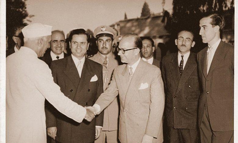 صورة خليل كلاس مصافحاً رئيس وزراء الهند جواهر لال نهرو عام 1956م
