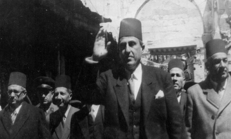 صورة شكري القوتلي يحيي مستقبليه أثناء جولته في دير الزور عام 1945