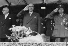 صورة أداء التحية أثناء مرور مواكب العرض – احتفال عيد الجلاء 1957 (15)