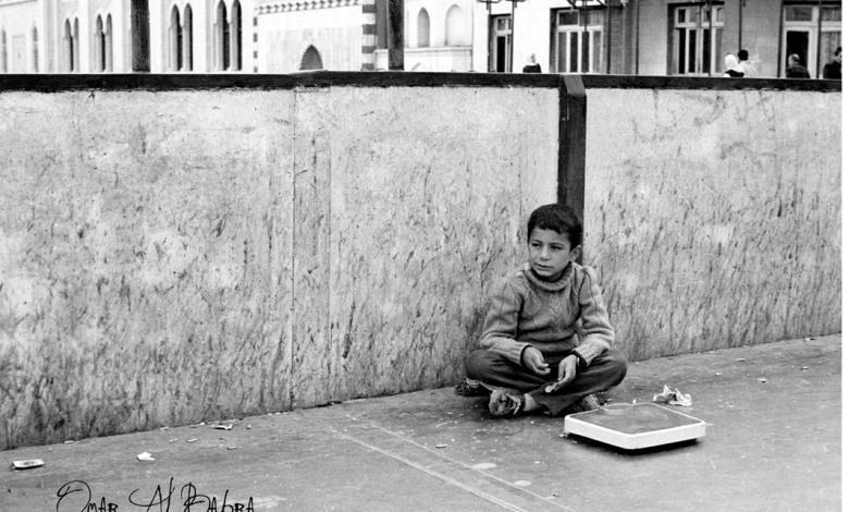 صورة طفل فوق جسر المشاة في شارع النصر في دمشق 1986