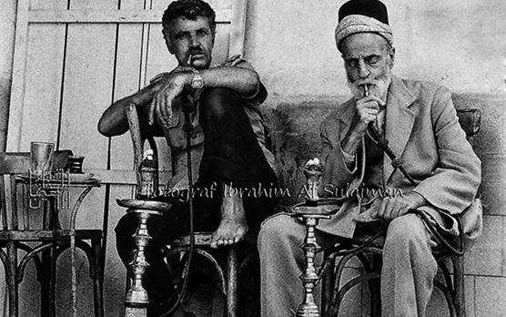 صورة مدخنو النرجيلة في مقهى خبيني في دمشق عام 1989
