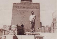 صورة يوسف الدبيسي أمام منارة جامع الحاكم بأمر الله في القاهرة عام 1961