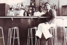 صورة يوسف الدبيسي في نادي الضباط في السويداء عام 1941