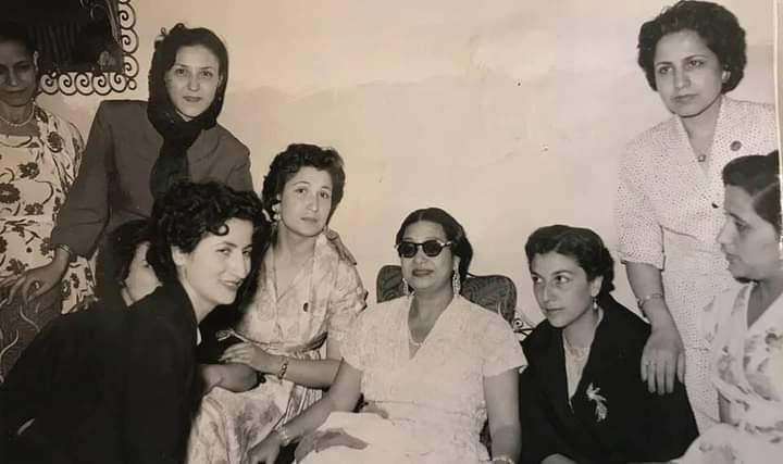 السيدة أم كلثوم مع بعض السيدات في دمشق عام 1955