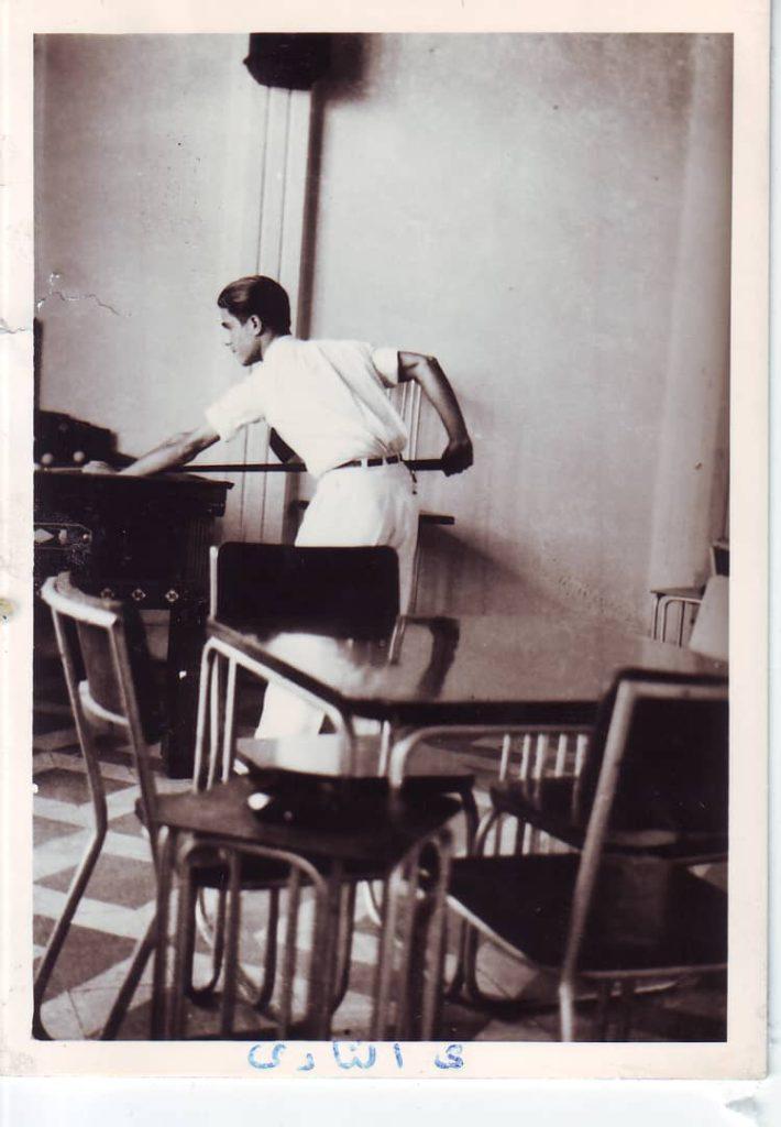 يوسف الدبيسي يلعب البلياردو في نادي الضباط في السويداء عام 1941