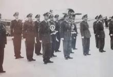صورة الطيار حافظ الأسد أثناء تكريم الطيارين المتفوقين عام 1954م