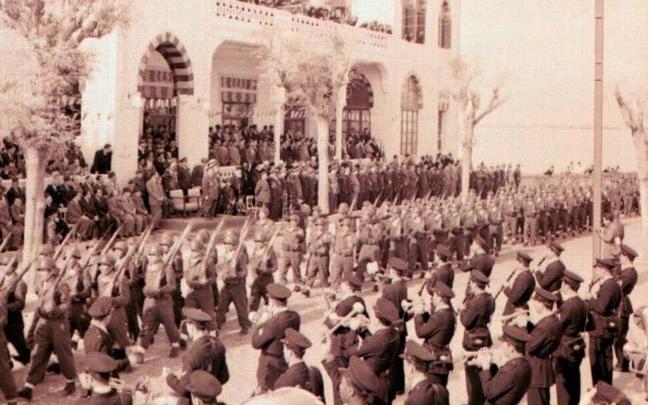 صورة عرضٌ عسكريٌّ أمام الكازينو.. بحضور فوزي سلو وأديب الشيشكلي عام 1953م