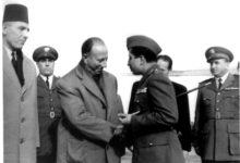 صورة فيصل الثاني قبيل مغادرته مطار المزة عام 1954