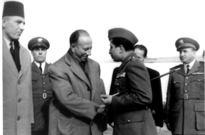 صورة فيصل الثاني يصافح فيضي الأتاسي قبيل مغادرته مطار المزة عام 1954