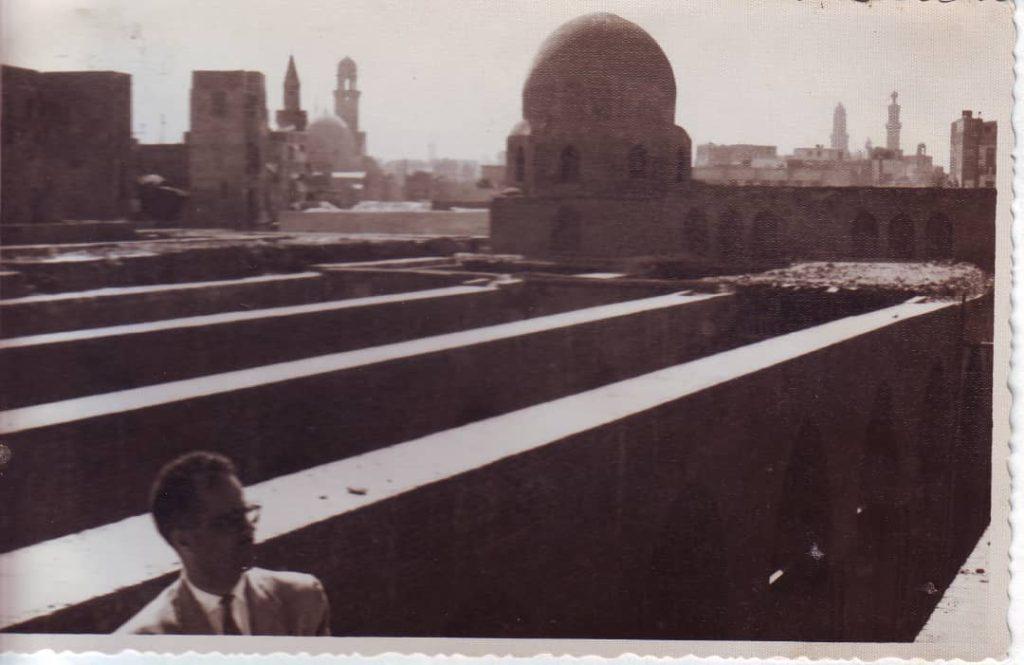يوسف الدبيسي أمام جسور سقف مسجد الحاكم بعد ترميمه 1961