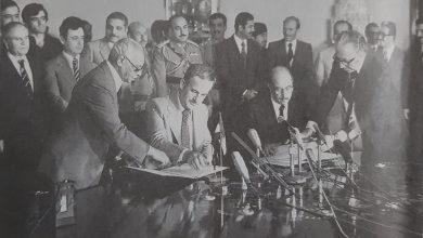 صورة أحمد حسن البكر وحافظ الأسد يوقعان اتفاق إعلان الوحدة عام 1979
