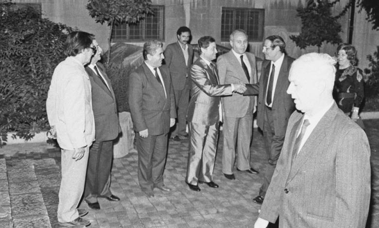 صورة محمد سلمان يصافح محمود الزعبي في حفل تكريم الفنانين التشكيليين 1989م