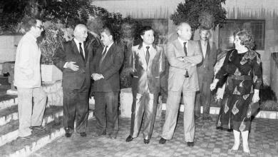 صورة نجاح العطار ومحمد سلمان في انتظار رئيس الوزراء في حفل تكريم الفنانين التشكيليين 1989م