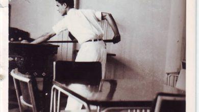 صورة يوسف الدبيسي يلعب البلياردو في نادي الضباط في السويداء عام 1941